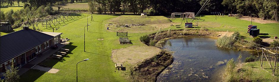 Ons terrein wordt gekenmerkt door een grote hoeveelheid aan survival-hindernissen, schietpunten, klimtoren, tokkelbaan, atletiek-grasbaan en een grote waterpartij.